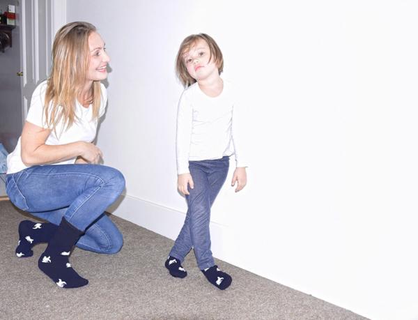 mère et fille en chaussettes