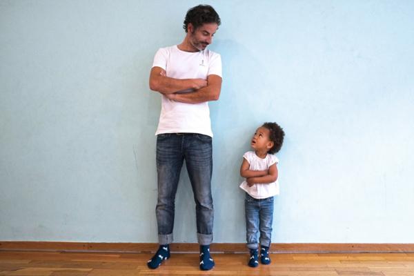 père et fille en chaussettes