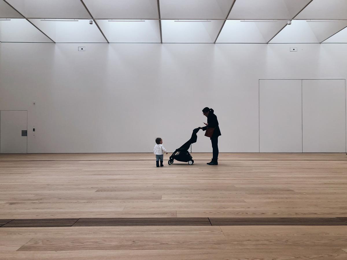 maman et enfant dans un musée