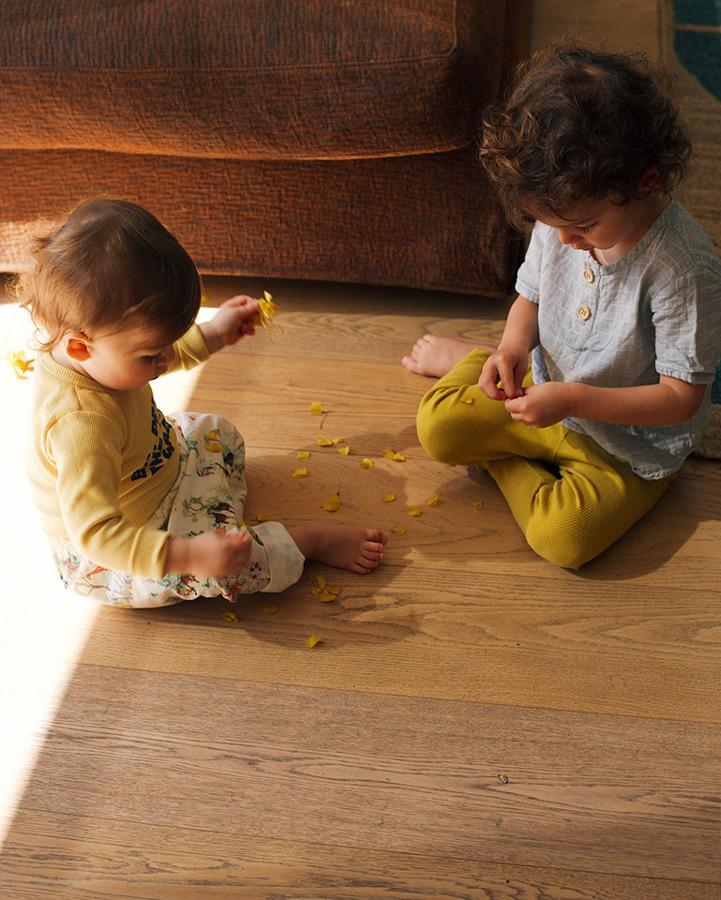 enfants qui jouent au sol