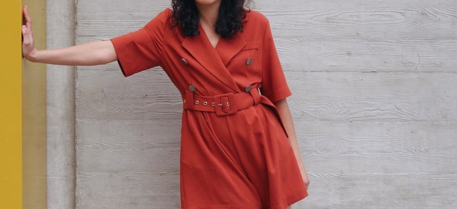 femme debout en combishort rouge