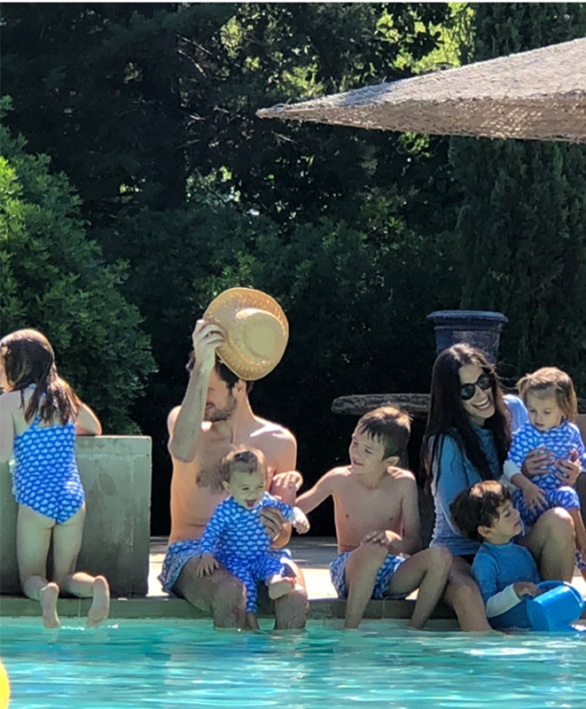 famille au bord de la piscine