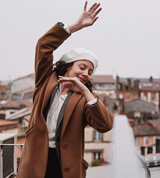 femme manteau marron béret