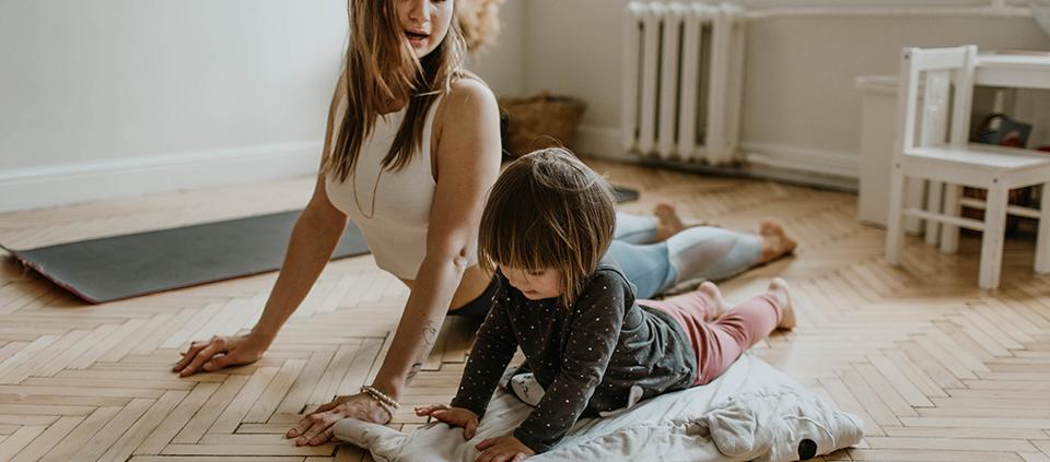 maman fille position de yoga au sol