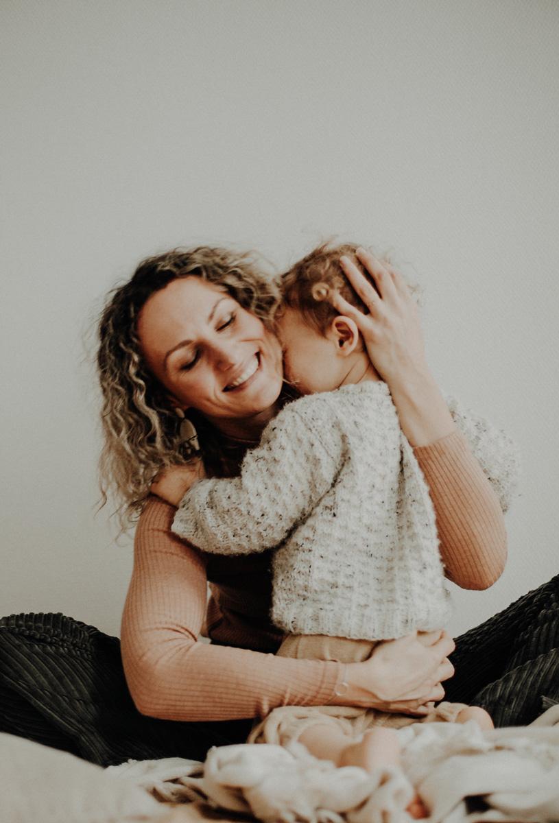 maman et enfant câlin