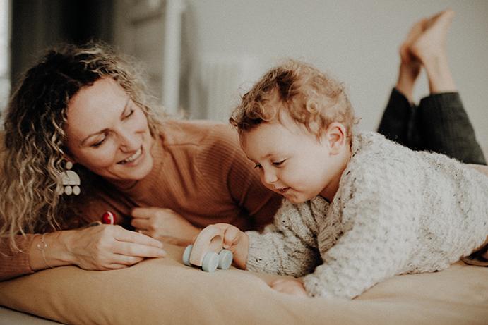 femme et enfant allongés sur le ventre