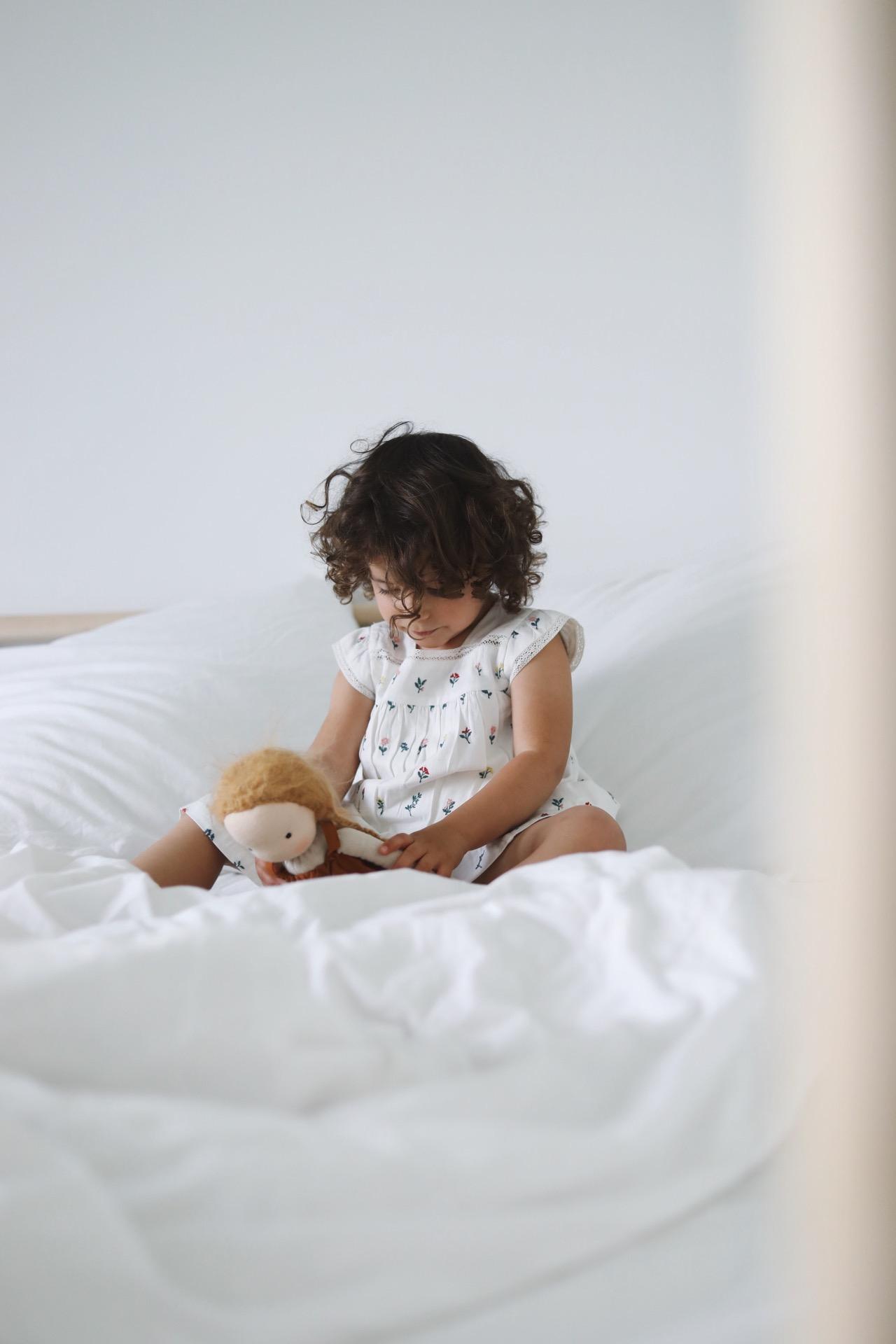 petite fille avec robe blanche