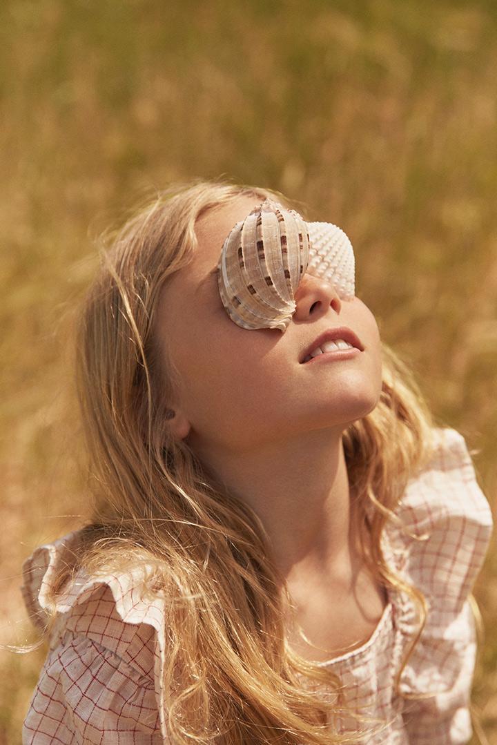 fille coquillages sur les yeux