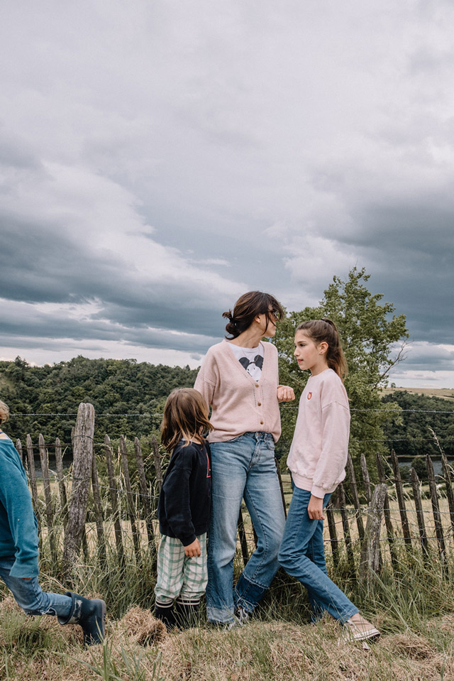 femme et enfants dans les champs