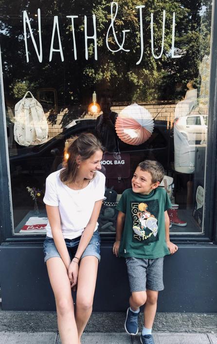 femme et enfant assis devant vitrine