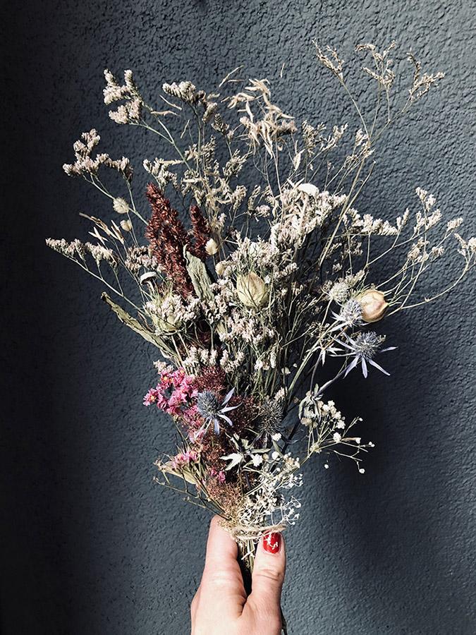 bouquet fleurs et main