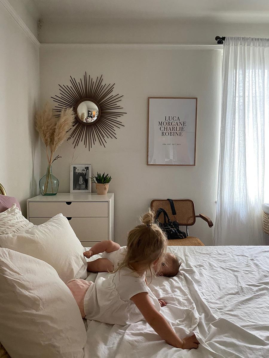 enfants sur le lit
