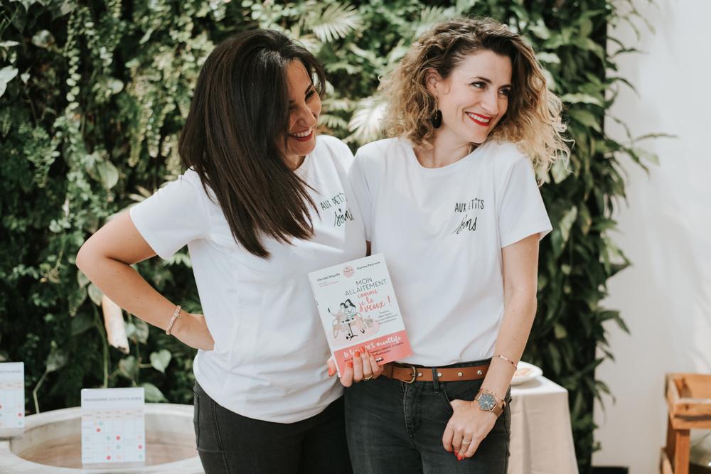 femmes qui présentent livre allaitement