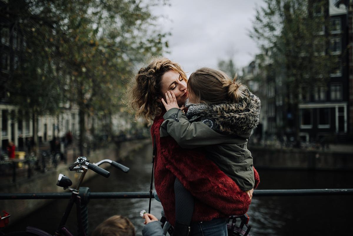 maman et fille dans les bras bisou