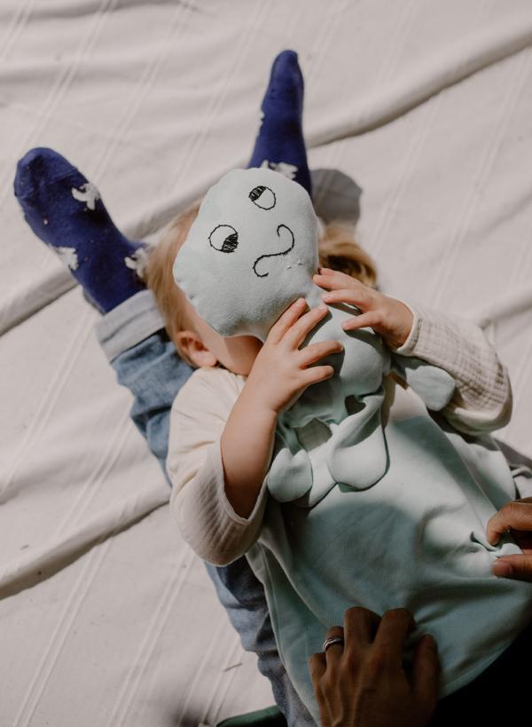 petite fille et doudou se cachent